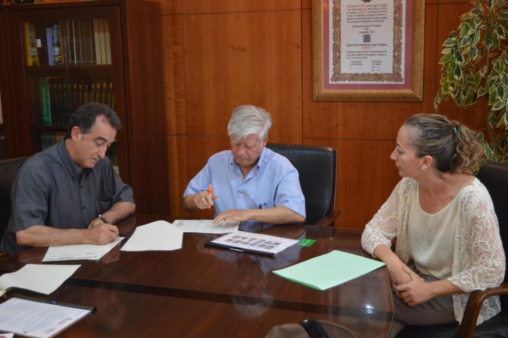 Presidentes de las dos entidades en instante de la firma del convenio ConSumo Valor
