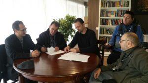 Instante de la firma del convenio Sebastián Rodríguez en representación de Daas Group y Ricardo Giménez como representante de la Asociación Red Proyecto Social. Discapacidad Tecnología.
