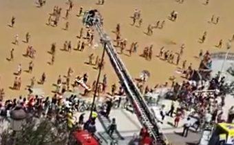 Espectacular rescate en La Concha: los bomberos recuperan en grúa a una mujer atrapada en la playa