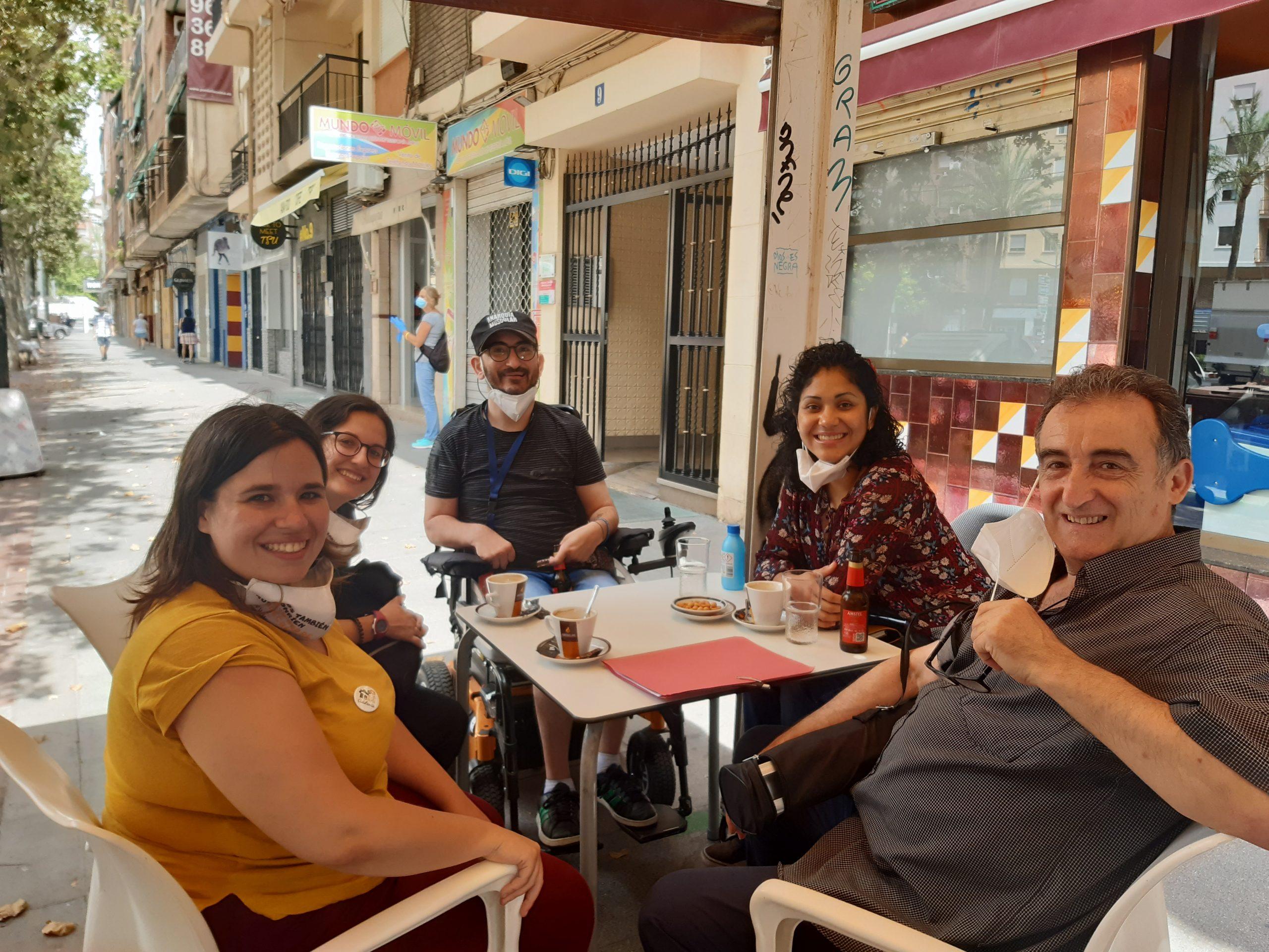 Miembros del equipo comisión empleo tecnológico con apoyo #ETCA celebrando la firma convenio RAMPA DIGITAL en la terraza de un bar con mascarillas y distancia social.